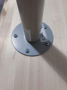 IKEAで購入した足を机に取り付け