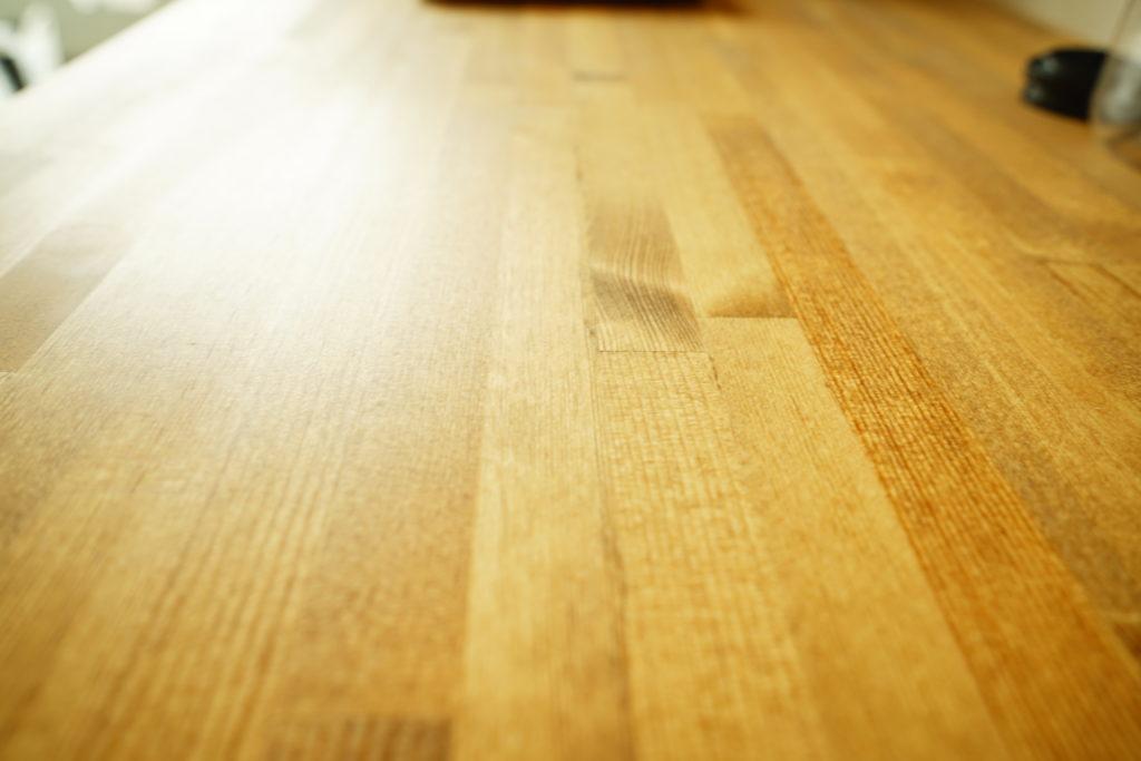 ワトコオイルのミディアムウォルナットを塗った机の表面