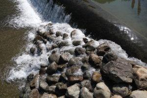 ボディX-T30、レンズはXF18-55mmF2.8-4 R LM OISで撮った川の写真