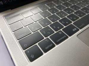 moshiのキーボードカバーclearguardを装着した写真。