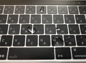 moshiのキーボードカバーclearguardに水を垂らした写真。
