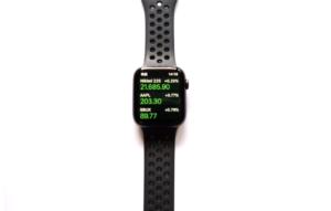 AppleWatch Series4(GPSモデル)で日々の株価を確認している画像
