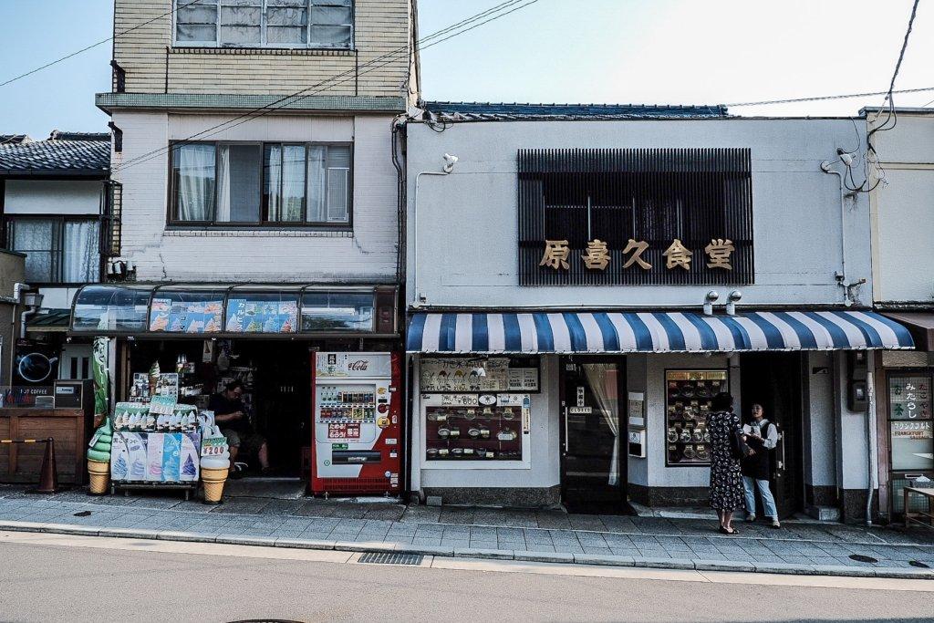富士フィルム(FUJIFILM)のXT-30で撮影した哲学の道のそばのお店の写真