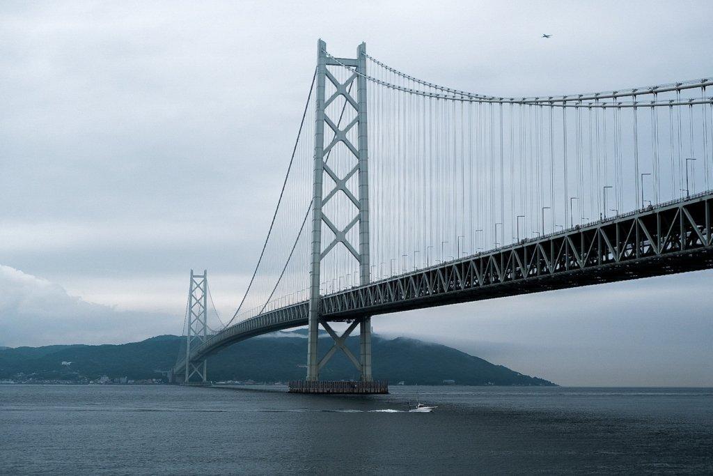 富士フィルム(FUJIFILM)のXT-30で撮影した明石海峡大橋と船の写真