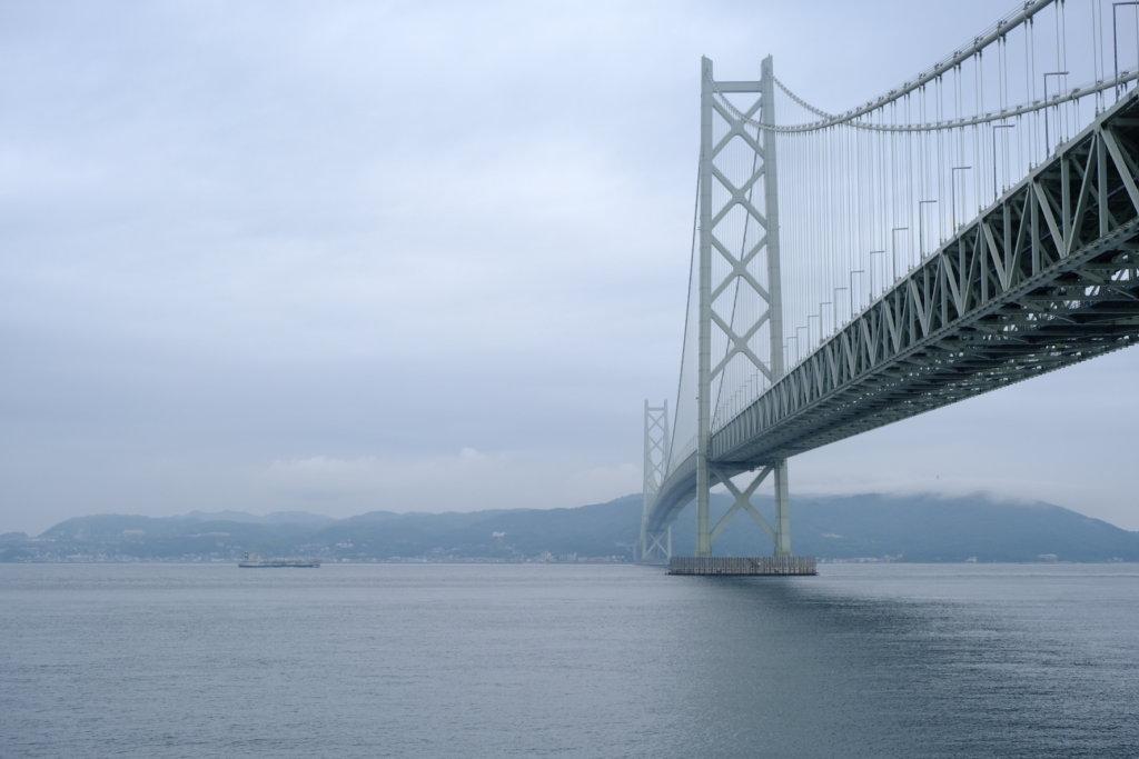 富士フィルム(FUJIFILM)のXT-30で撮影した明石海峡大橋と淡路島の写真