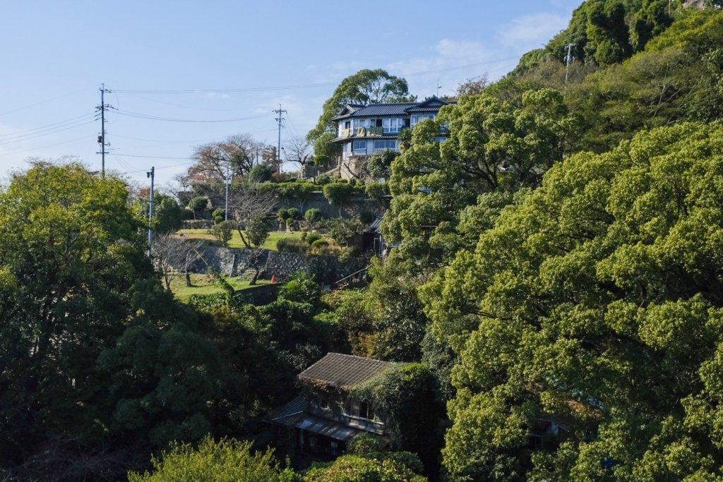広島県尾道市の千光寺へ向かうロープウェイから撮った中腹の旅館の写真