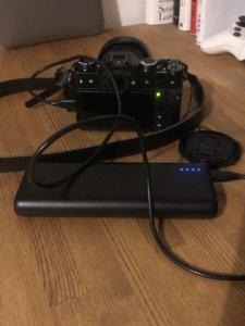 X-T30をAnkerのモバイルバッテリーで充電する写真。