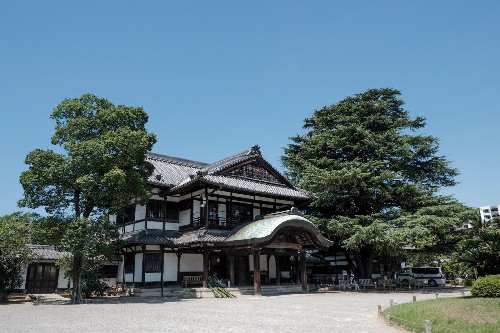 香川県高松市の栗林公園にある商工奨励館の写真