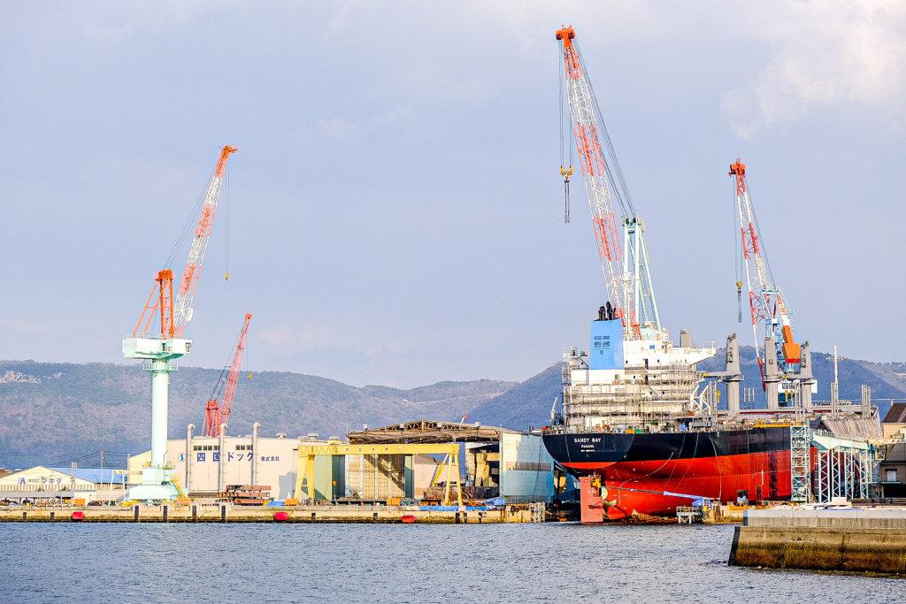 高松港。北浜alleyから見える造船所