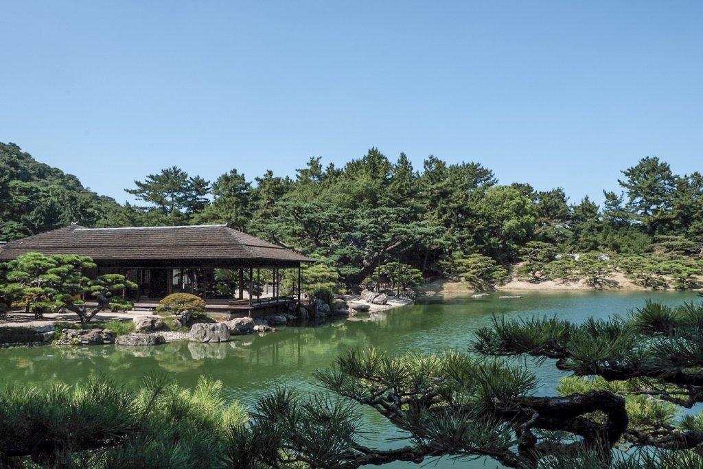 香川県高松市の栗林公園にある掬月亭の写真