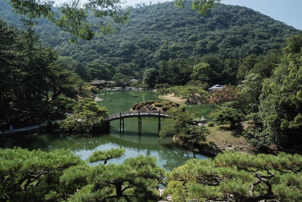 香川県高松市の栗林公園にある飛来峰から見た偃月橋の写真