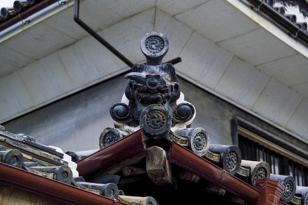 徳島県美馬市脇町大字脇町の「うだつの街並み」の中にある鬼瓦