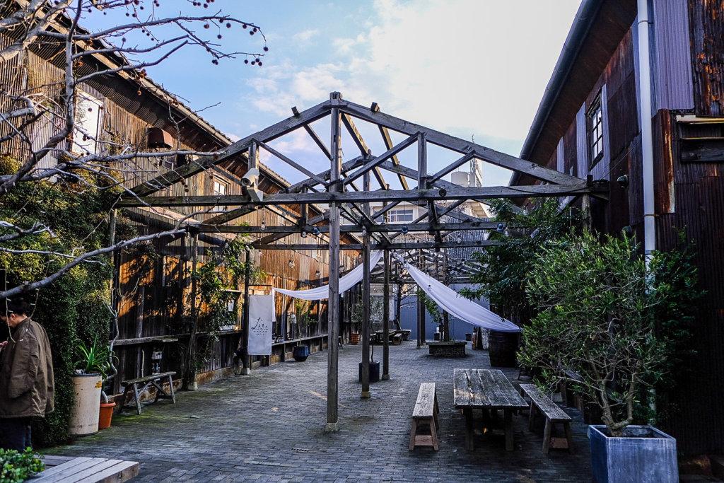 高松駅、高松港から海沿いを歩いて一直線、瀬戸内海を望む築100年の倉庫街北浜alley。レストラン、カフェ、雑貨やアートに溢れる商業複合施設。