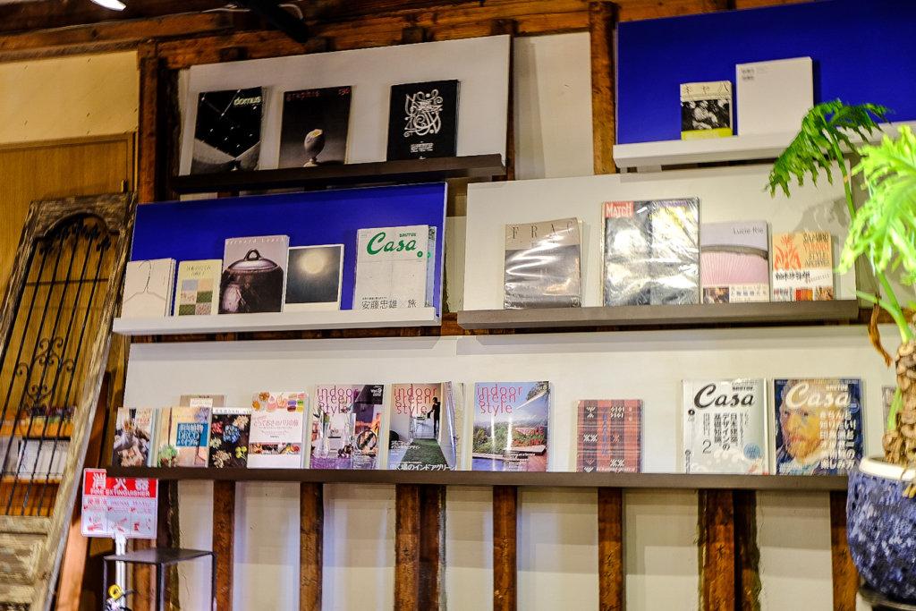 カフェスタイル ハヅキ Cafe Style Hazukiの中にある様々な本の写真