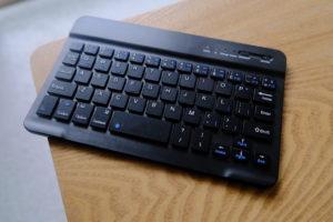 初代iPad miniとDINGRICH 新型iPad mini 5キーボードケースのキーボードの画像
