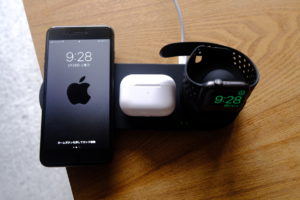 iPhone 8 Plusをワイヤレスに充電している画像