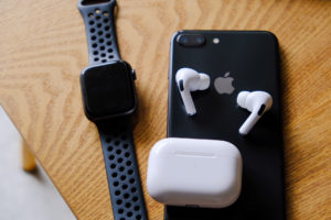 AirPods Pro(エアーポッズプロ)とApple WatchとiPhone8plusの写真