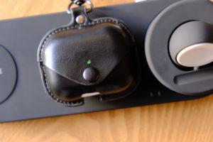 レザーケースをつけながらワイヤレス充電をしている時の写真