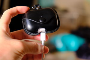 エアーポッズプロのレザーケースの充電コードが刺ささらない写真