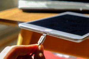 初代iPad miniをLightningケーブルで充電する画像
