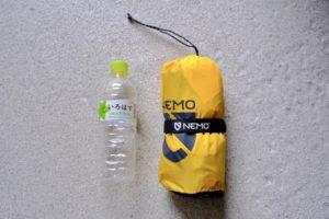 NEMOのTENSOR MEDIUM MUMMYと500mlのペットボトルの大きさの比較画像