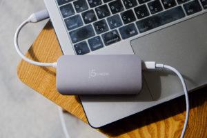 JCD383 USB TYPE-C 8IN1 マルチアダプタでMacBook Pro2018の13.3インチを充電している画像