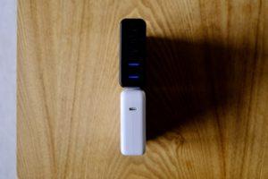 MacBook Proの61Wの充電アダプターとSATECHIの75Wトラベルチャージャーの大きさの比較画像