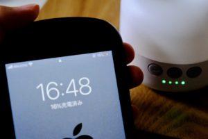 BeszingのLEDランタン充電式でiPhoneを充電している画像。