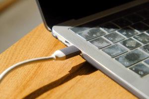 JCD383 USB TYPE-C 8IN1 マルチアダプタはコード型の接続なのでケースに干渉しない