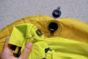NEMOのTENSOR MEDIUM MUMMYの空気入れ袋をエアーマットに接続しようとしている画像