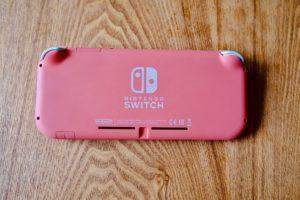Nintendo Switch Lite コーラルの裏面にはSwitchのロゴが