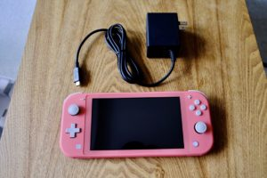 Nintendo Switch Lite コーラルの本体と付属品の画像
