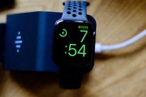 UMEMORYの3in1ワイヤレス充電器でApple Watch4を充電中
