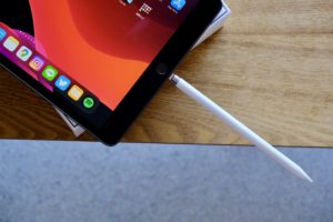 iPad 第7世代の本体とApple Pencil第1世代の画像
